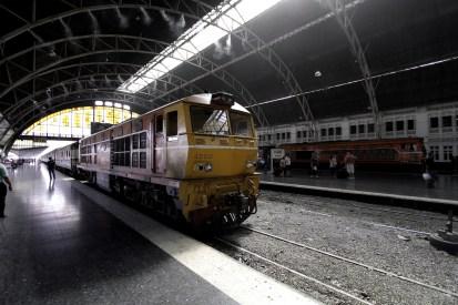 飾らない駅舎だからこそ、そこに居る人や列車をハイライトしてくれる