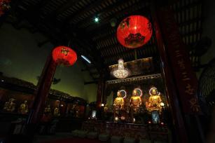 赤と金がベースの寺には毎日たくさんの参拝客が訪れる。「発財」とあるところが中国らしく雰囲気満点だ。