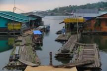 水上家屋へは浮桟橋を使って乗り移る。