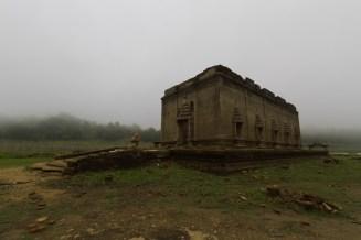 早朝の湖底寺院。霧の中に佇む勇姿が幻想的だ。