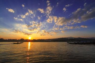 メコン川からタイ側を眺める夕景。吸い込まれるような夕日はまさにプライスレス。