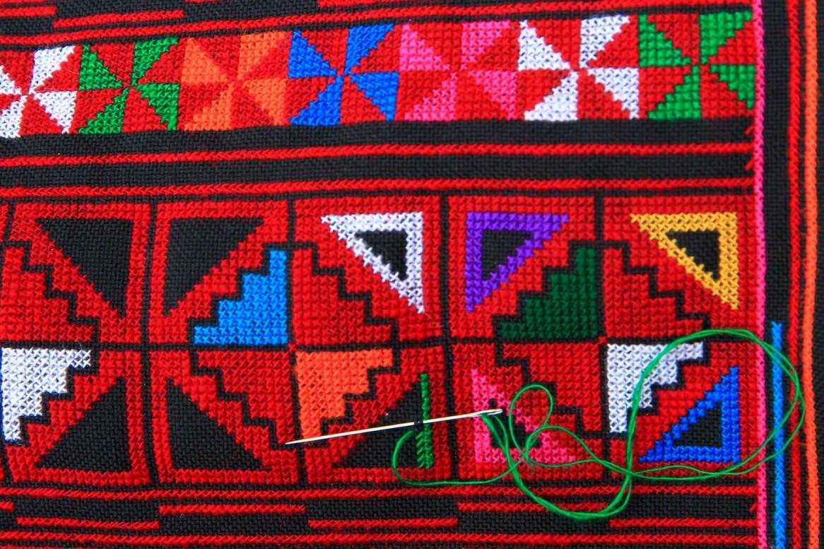アカ族の刺繍。100%ハンドメイドだ。