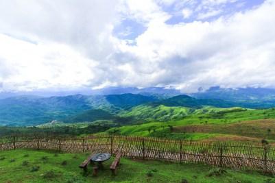 国境にて。垣根の向こうはもうミャンマーだ。