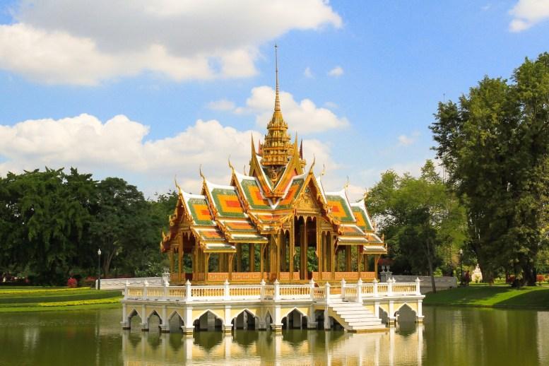 バンパイン宮殿にて。黄金色の屋根が眩しい。