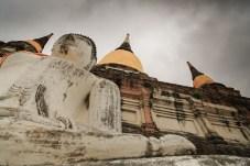 雨雲の存在が巨大な仏像の迫力をより一層引き立てる。