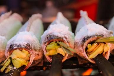 雷魚の丸焼き。口の中のレモングラスはニオイ消しに使われる。