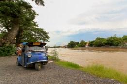 ひたすらゆっくりと流れるチャオプラヤ川