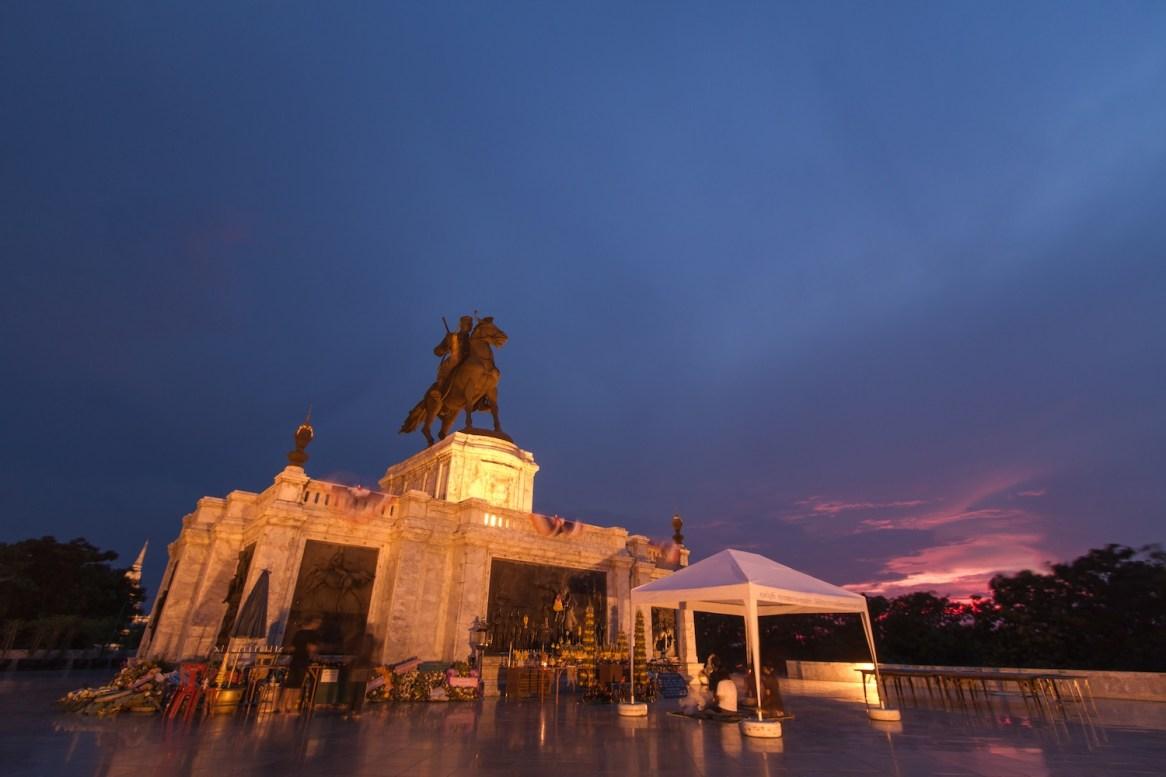 夕暮れに佇むナレスワン大王像。