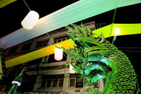 バナナの木の葉で作り上げられたドラゴン。今にも動き出しそうだ。