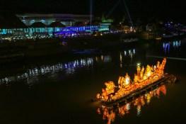 ムーン川にて。キャンドルをモチーフにした船が雰囲気を盛り上げる。