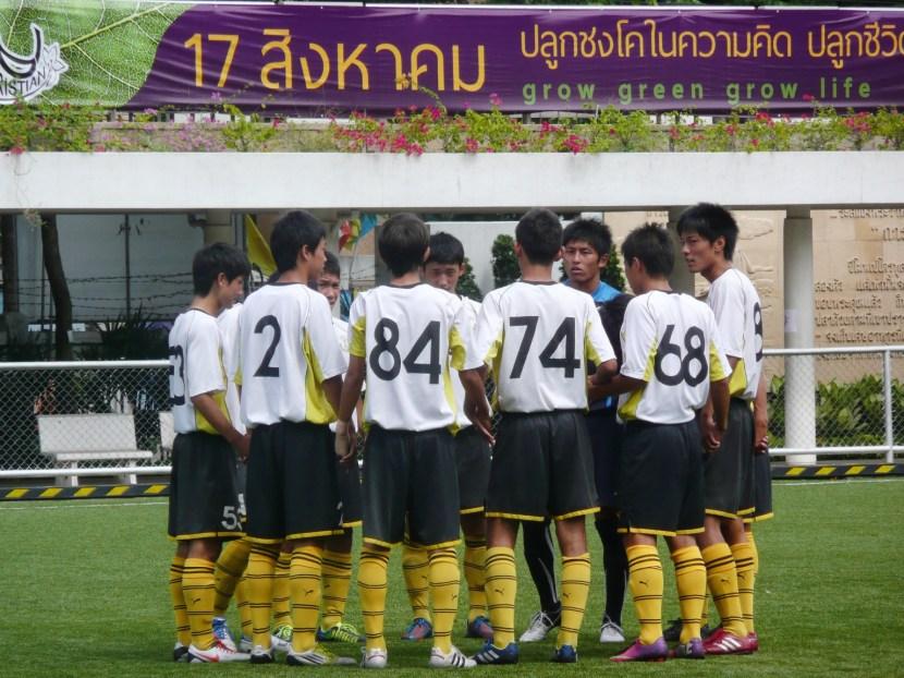 試合前、円陣を組む選手たち。