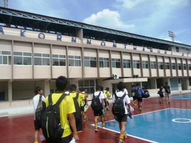 クルントンブリーFC戦が行われるバンコク郊外のスタジアムに到着!