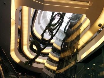 4階から見上げる吹き抜け空間