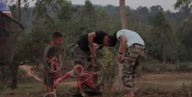 田舎の子の自転車修理