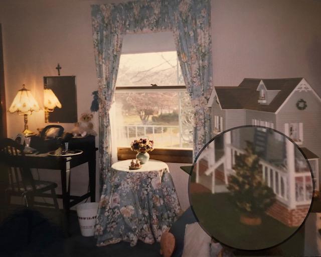 Decorating a dollhouse for Chrismas