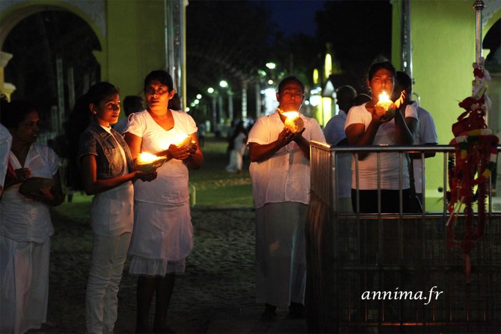 Cérémonie de Puja - bougies dans des noix de coco