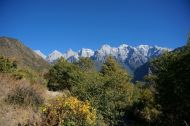 Autumn colours and snowy peaks along the high trail - Tiger Leaping Gorge