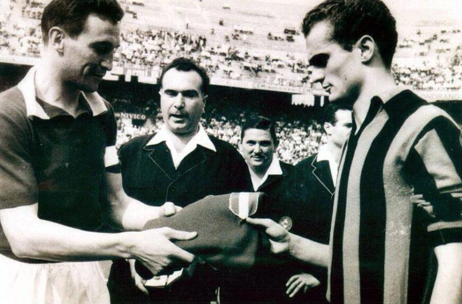 Sandro Mazzola riceve la maglia di papà Valentino da capitan Bearzot