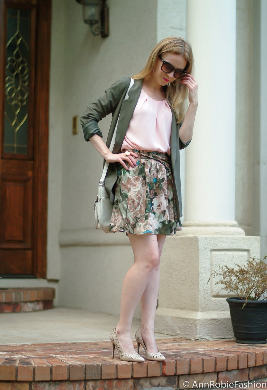 Romantic Look by petite fashion blogger AnnRobieFashion: Asos green jacket, Stefanel floral print skirt, pale pinl sleeveless top LOFT, nude leather shoulder bag