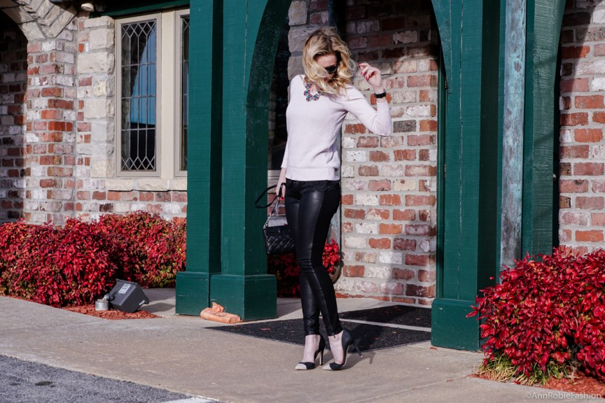 Casual look in leather pants: Pale pink sweater Ann Taylor, skinny leather pants Banana Republic - outfit by petite style blogger AnnRobieFashion