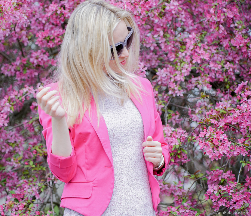 Spring color trend: Bright pink jacket, light blue jeans, purple suede heels