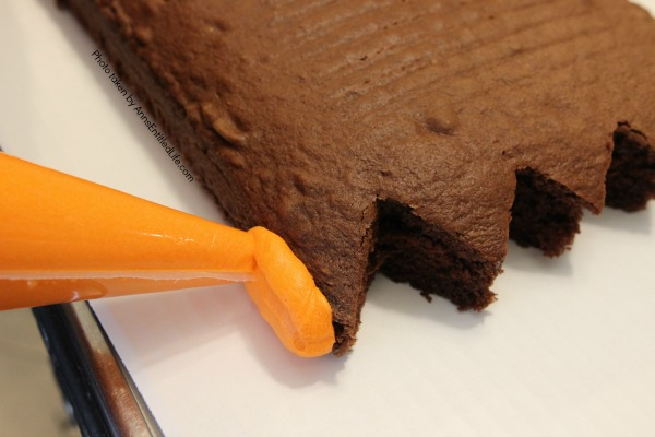 How to Make a Halloween Bag Cake. This easy to follow step-by-step tutorial will show you exactly how to make this Halloween Bag Cake. A sure hit at your next home, school or special event Halloween party, this bag cake comes together quickly! Everyone will love this fun Halloween treat.