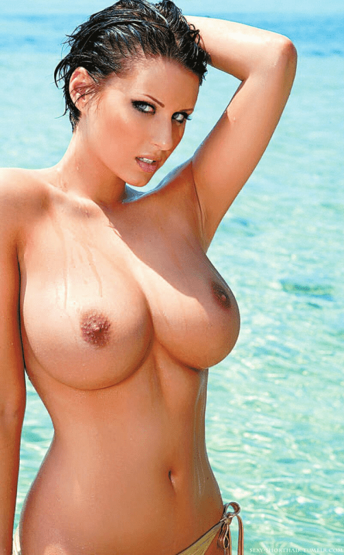 cheveux courts gros seins topless