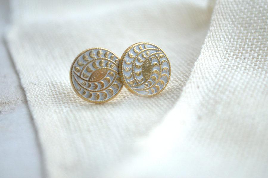 Weiß goldene Hippie-Ohrstecker aus Metallknöpfen
