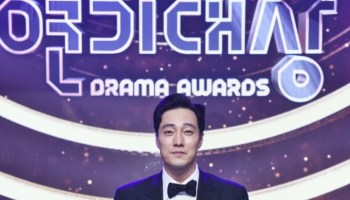 Actor Yoon Si Yoon Awarded as Best Entertainer + See List of