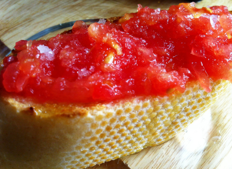 Tostada con aceite y tomate