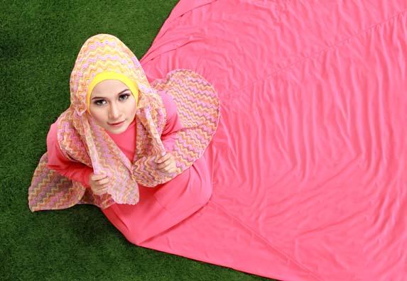 gadis hijab duduk cantik anggun