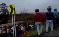 Veja vídeos – Multitão saqueia caminhão de combustível que explode e dezenas de pessoas ficam carbozinadas