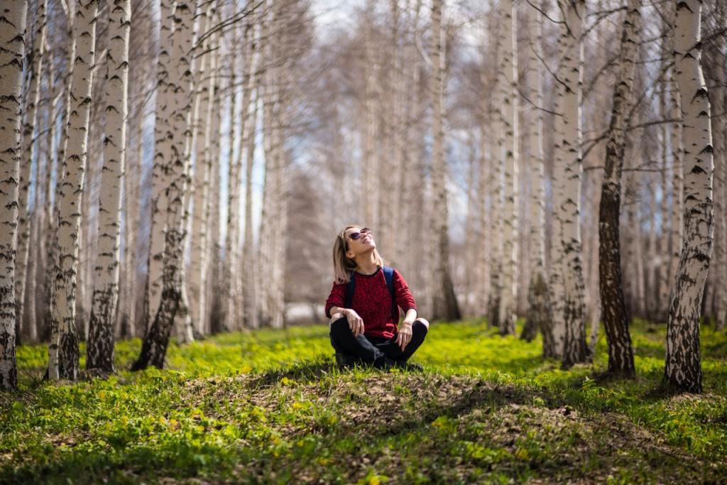 Persona seduta nel bosco in autunno - ESG Portal per uno sviluppo sostenibile