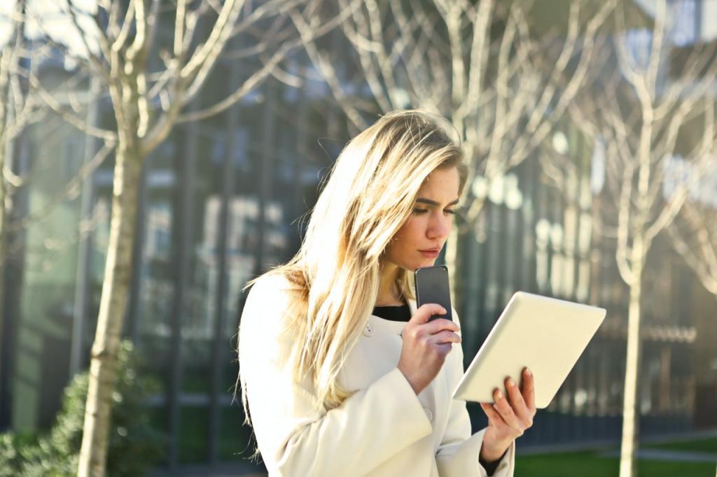Professionista che legge documento sul tablet