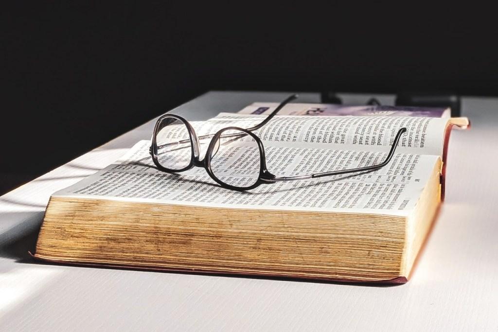 Libro di Legge con occhiali appoggiati sulle pagine