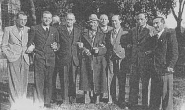 Gruppo di internati nel giardino di Villa Giustiniani Bandini. Da sinistra: Schwartz, un signore, Rudolf Bratuz, Herlinger (dietro), Gioacchino (con cappello), Rabendort, Paul Pollak, Winter, Mosbach.