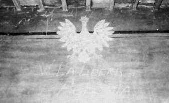 """Pittura murale di un internato con la scritta """"Viva la Polonia libera"""""""
