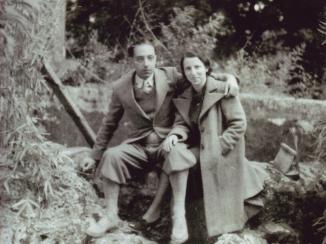 Renzo Bonfiglioli e sua moglie Ida (Lili Ascoli Magrini) nel giardino del Campo di Internamento di Urbisaglia