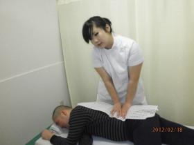 あんり治療院藤井舞の横向き腰マッサージ