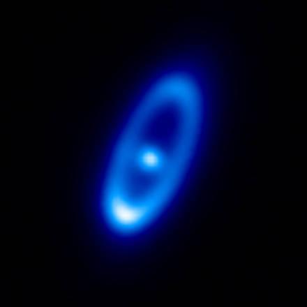 Il disco di polveri delle comete che circonda la giovane stella Fomalhaut, visto dal telescopio europeo Herschel (fonte: ESA/Herschel/PACS/Bram Acke, KU Lovanio, Belgio)