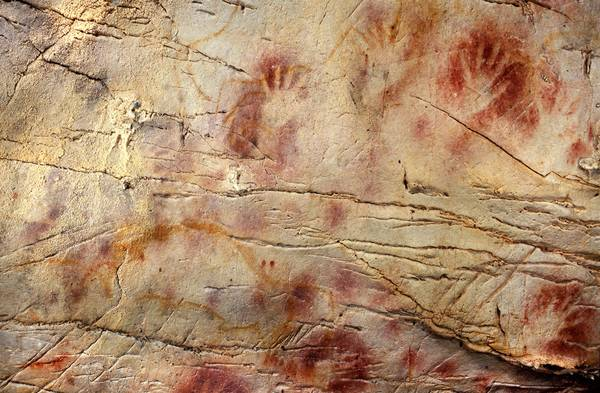 Le Impronte di mani e il disco in rosso nella grotta El Castillo, in Spagna, sono le pitture rupestri più antiche in Europa (fonte: Pedro Saura)