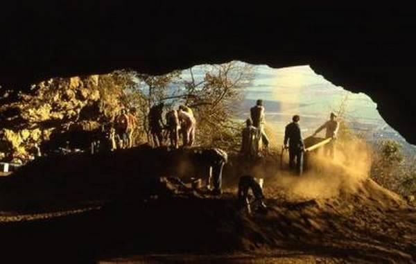 La ricerca condotta nella caverna sudafricana Border Cave ha dimostrato che la cultura dell'uomo moderno è più antica di 20.000 anni (fonte:  Paola Villa, Università del Colorado)