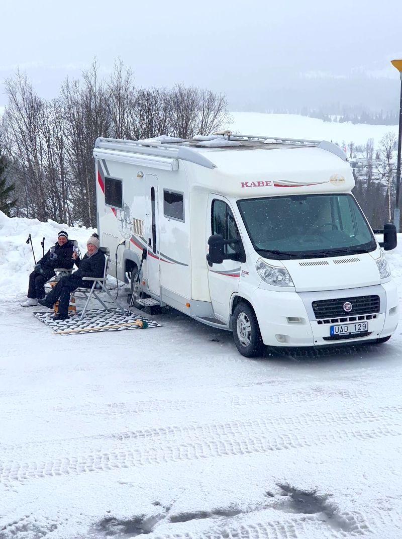 En härlig fika vid ställplatserna för husbil hos Åkersjöns Fjällhotell.