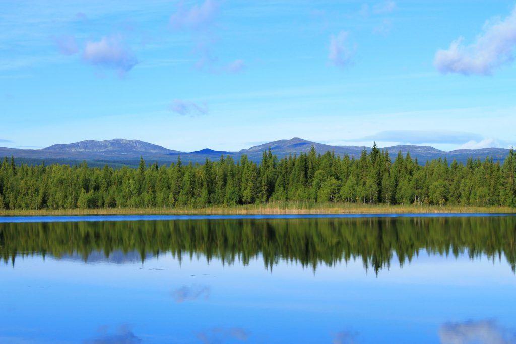 Spegelblank fjällsjö i Hotagsbygden. Foto © Mikael Nyberg