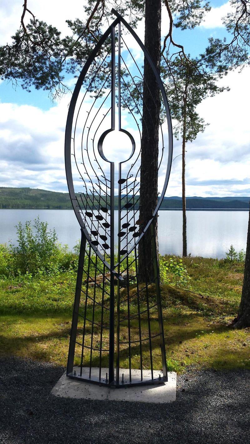 Minneslunden vid Hotagens kyrka. Den vackra ängeln är tillverkad av EH Svets & Smide i Rötviken. Foto © Maritha Grelsson