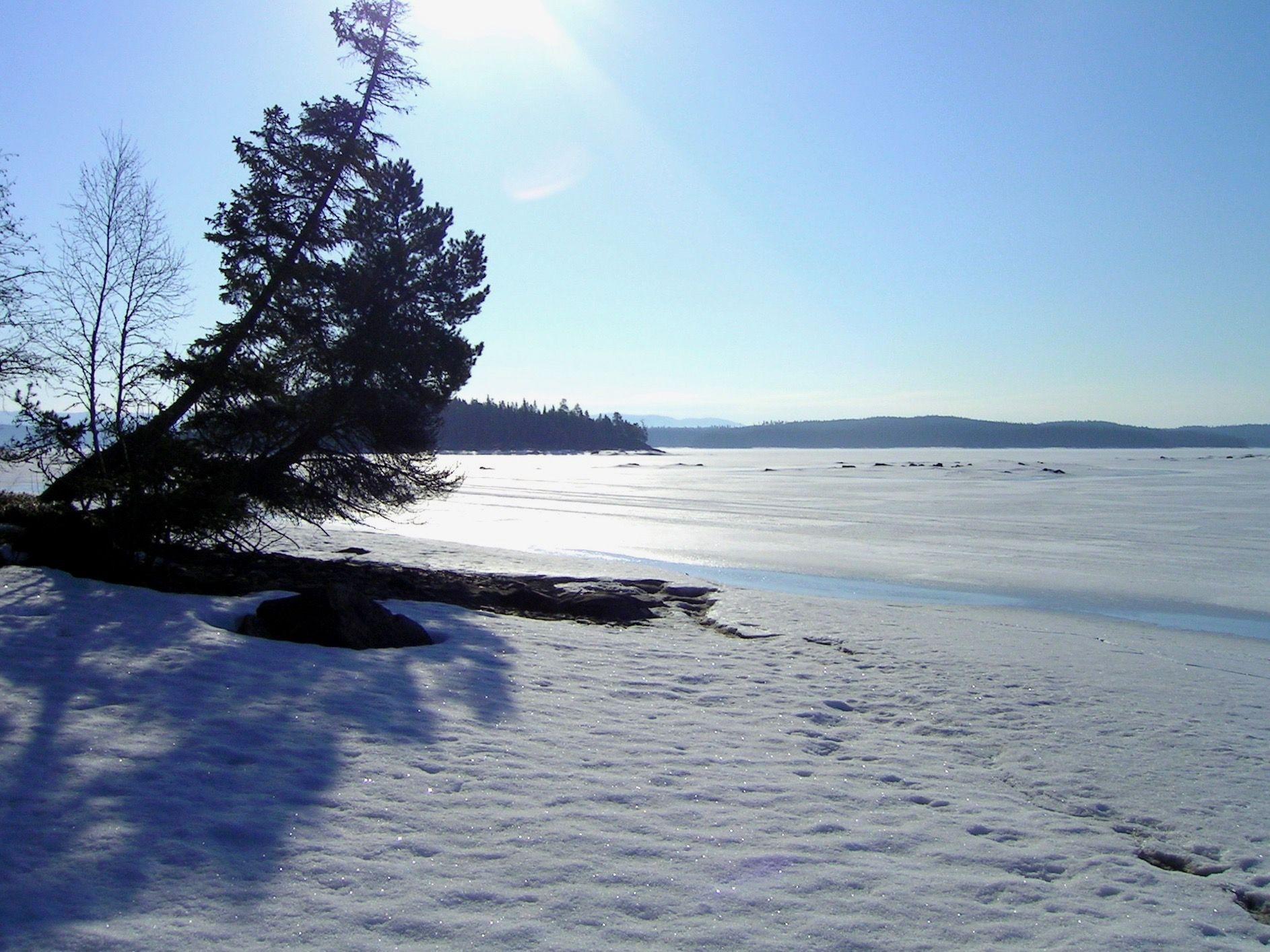 Hotagssjön i vinterskrud. Foto © Maritha Grelsson.