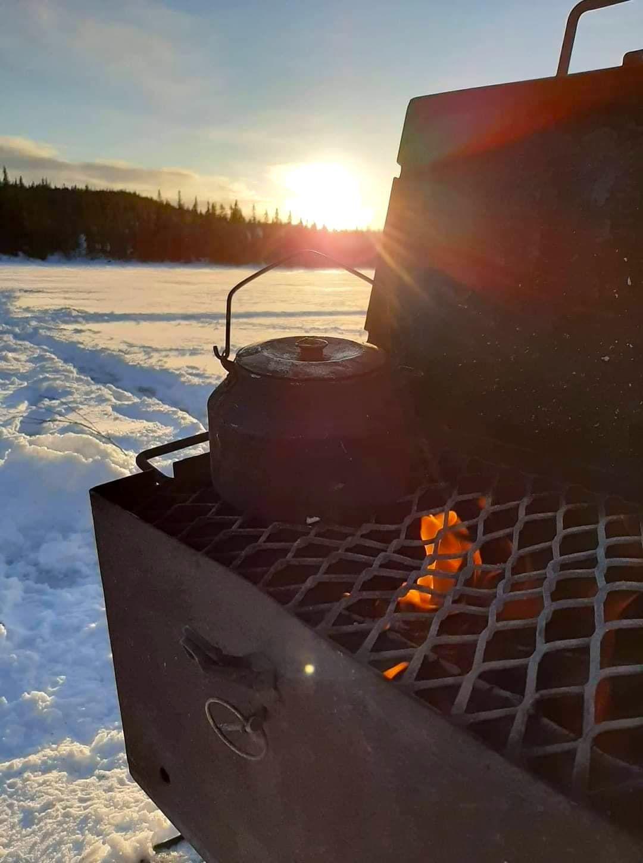 Kokkaffe och pimpelfiske på isen. Foto © Maritha Grelsson.