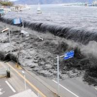 El tsunami de Japón visto desde un helicóptero