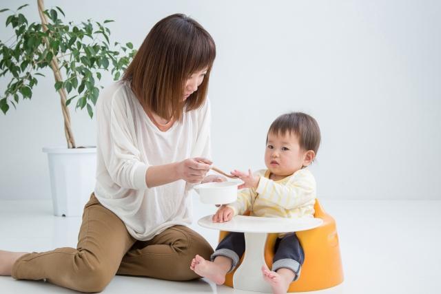 離乳食時、赤ちゃんがスプーンを持ちたがる時はどうする?