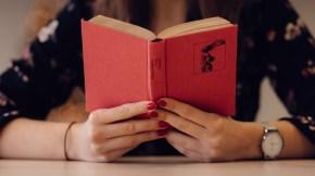 Lesendes Mädchen im Deutschunterricht